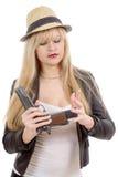 Sexy blonde Frau mit der Pistole lokalisiert auf Weiß Lizenzfreie Stockbilder
