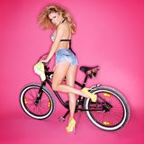 Sexy blonde Frau mit einem Fahrrad Stockbild
