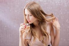 Sexy blonde Frau mit einem Glas Champagner an der Partei Lizenzfreie Stockfotografie