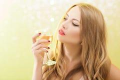 Sexy blonde Frau mit einem Glas Champagner an der Partei Lizenzfreies Stockbild