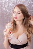 Sexy blonde Frau mit einem Glas Champagner an der Partei Stockfoto