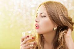 Sexy blonde Frau mit einem Glas Champagner an der Partei Stockbilder