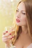 Sexy blonde Frau mit einem Glas Champagner an der Partei Lizenzfreie Stockfotos