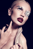 Sexy blonde Frau mit fantastischem Make-up mit Juwelzubehör Stockbilder