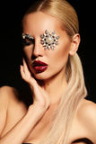 Sexy blonde Frau mit fantastischem Make-up mit Juwelzubehör Lizenzfreie Stockfotos