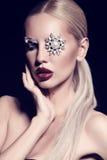 Sexy blonde Frau mit fantastischem Make-up mit Juwelzubehör Lizenzfreies Stockfoto