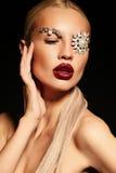 Sexy blonde Frau mit fantastischem Make-up mit Juwelzubehör Lizenzfreies Stockbild