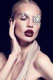 Sexy blonde Frau mit fantastischem Make-up mit Juwelzubehör Lizenzfreie Stockfotografie