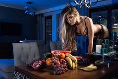 Sexy blonde Frau mit Früchten Stockbilder