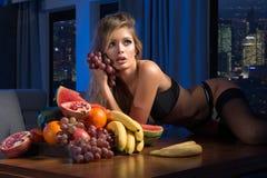 Sexy blonde Frau mit Früchten Lizenzfreie Stockbilder