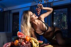 Sexy blonde Frau mit Früchten Stockfotos