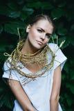Sexy blonde Frau mit goldener Halskette Lizenzfreies Stockbild