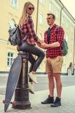 Sexy blonde Frau mit ihrem Freund Lizenzfreie Stockbilder