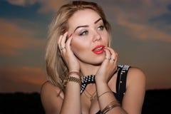 Sexy blonde Frau mit rotem Lippenstift Lizenzfreies Stockfoto