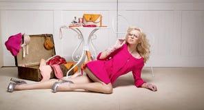 Sexy blonde Dame unter Modeelementen Lizenzfreies Stockfoto