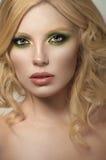 Sexy blonde gelockte Frau Lizenzfreie Stockbilder