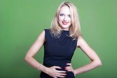 Sexy blonde Geschäftsfrau auf grünem Hintergrund Stockfoto