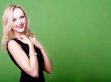 Sexy blonde Geschäftsfrau auf grünem Hintergrund Stockbilder