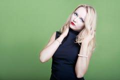 Sexy blonde Geschäftsfrau mit den Händen in ihrem Haar Lizenzfreie Stockfotos