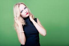 Sexy blonde Geschäftsfrau mit den Händen in ihrem Haar Lizenzfreie Stockbilder