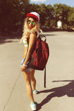 Sexy blonde junge Frau, die auf die Straße geht Lizenzfreie Stockfotografie