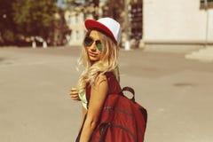 Sexy blonde junge Frau, die auf die Straße geht Stockfoto