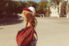 Sexy blonde junge Frau, die auf die Straße geht Stockbild