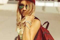 Sexy blonde junge Frau, die auf die Straße geht Lizenzfreies Stockfoto
