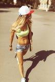 Sexy blonde junge Frau, die auf die Straße geht Stockfotos