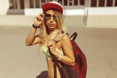 Sexy blonde junge Frau, die auf die Straße geht Lizenzfreie Stockfotos