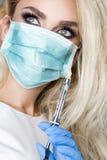 Sexy blonde Krankenschwester in den Gläsern, ein Stethoskop halten Lizenzfreie Stockfotografie