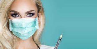 Sexy blonde Krankenschwester in den Gläsern, ein Stethoskop halten Stockfoto