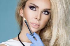 Sexy blonde Krankenschwester in den Gläsern, ein Stethoskop halten Stockbild