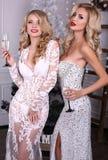 Sexy blonde Mädchen in den luxuriösen Kleidern, Weihnachten feiernd Stockbilder
