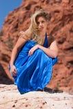 Sexy blonde meisje in modieuze kleding stock afbeeldingen