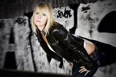 Sexy Blonde met Achtergrond Graffiti royalty-vrije stock fotografie
