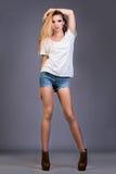 Sexy blonde Modefrau mit den langen Beinen Lizenzfreie Stockfotos