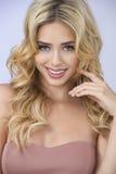 Sexy Blonde in Rood Stock Afbeeldingen