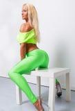 Sexy blonde sportliche Frau lizenzfreie stockfotografie