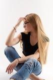 Sexy blonde tragende Gläser, lokalisiert auf Weiß Stockbilder