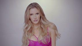 Sexy blonde vrouw stock video