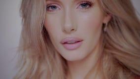 Sexy blonde vrouw stock videobeelden