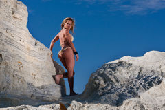 Sexy blonde vrouw in bikini royalty-vrije stock afbeeldingen