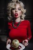 Sexy blonde vrouw in rode kleding Stock Fotografie