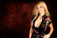 Sexy blonde vrouwenmannequin in zijderobe royalty-vrije stock fotografie