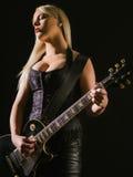 Sexy blonde weibliche spielende E-Gitarre Lizenzfreie Stockfotografie