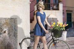 Sexy blondemeisje met fiets royalty-vrije stock fotografie