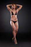 Sexy blonder Bodybuilder, der zur Kamera aufwirft. Stockfoto