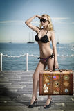 Sexy blonder Tourist mit Weinlesetasche Stockbilder