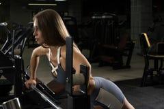 Sexy blonder Trainer, der in der Sportturnhalle aufwirft Lizenzfreie Stockbilder